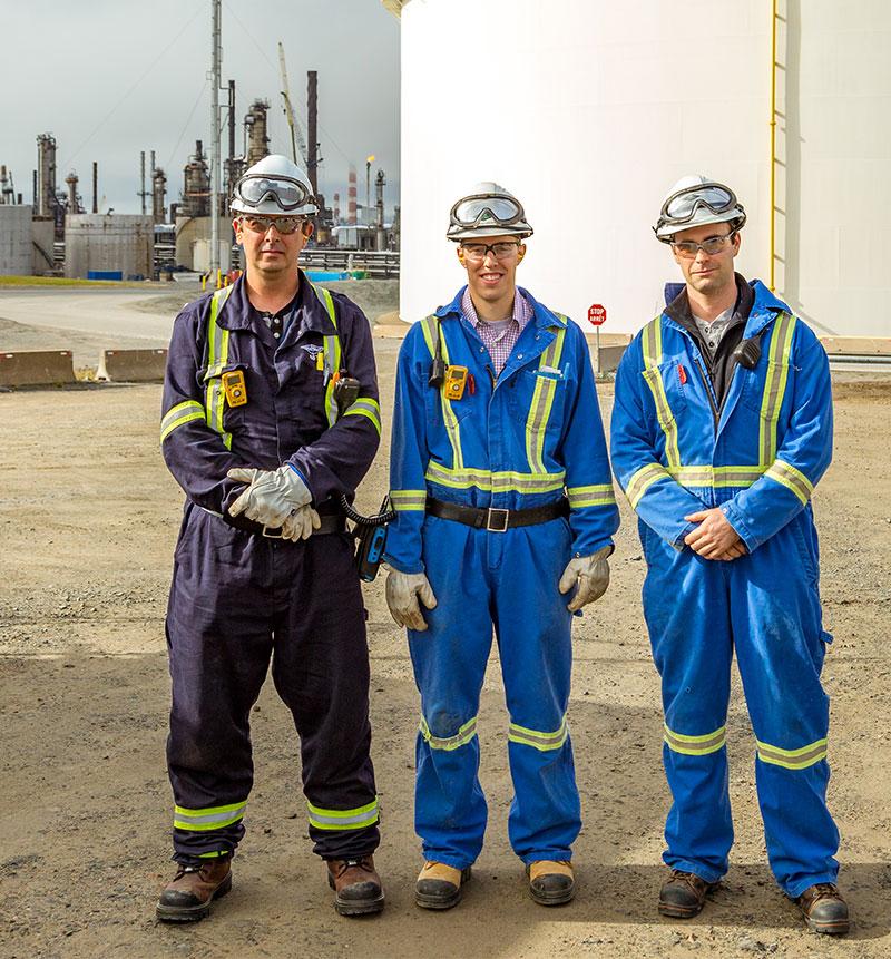 Trois ouvriers spécialisés de Lorneville très souriants