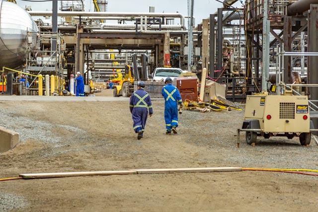 Deux travailleurs marchant vers le chantier de construction