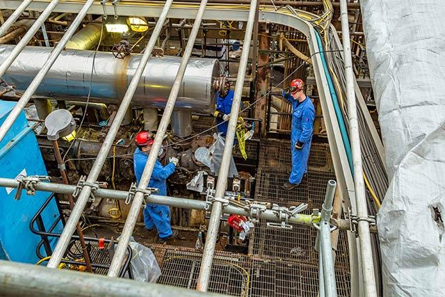Travailleurs et conduites sur le chantier