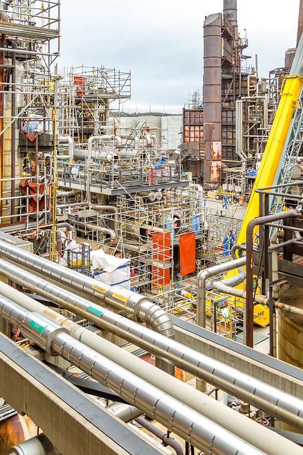 Ouvriers spécialisés durant la remise à neuf de la raffinerie Irving Oil