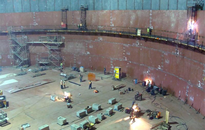Travailleurs construisant l'intérieur d'un réservoir GNL à Canaport LNG
